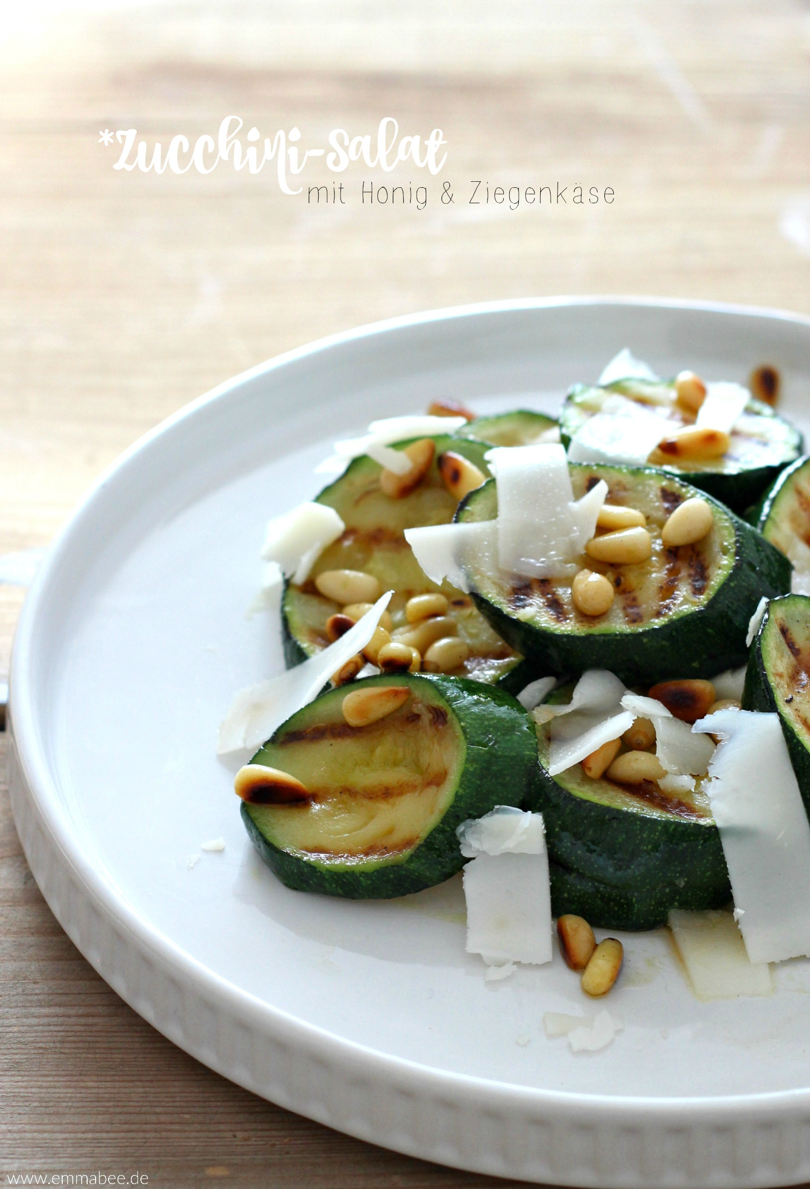 rezept warmer zucchinisalat mit honig ziegenk se und pinienkernen emma bee. Black Bedroom Furniture Sets. Home Design Ideas
