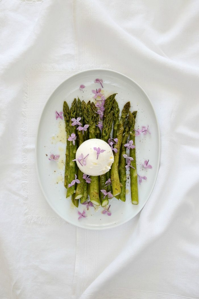 {Rezept} Schneller Frühlingssalat aus grünem Spargel, Burrata und Fliederblüten